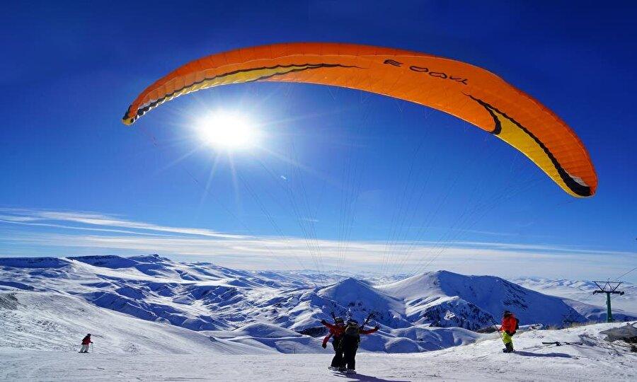 Uluslararası kış oyunlarının ev sahibi Erzurum                                      2011 yılında UNİVERSİADE ve 2017 EYOF organizasyonlarına ev sahipliği yapan Erzurum, 11 dalda 57 ülkeden yaklaşık 3 bin 500 sporcuyu bu tesislerde ağırlamıştır.