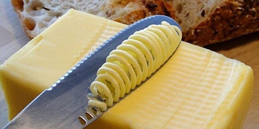 Rengi katkı maddesinin habercisi olabilir                                                                                                                Kaliteli ve organik tereyağının sarı olması durumu, yanlış bir bilgidir; sapsarı olmak zorunda değildir. Özellikle marketlerde satılan paketlenmiş tereyağındaki sarı renk, içerdiği katkı maddesiyle de ilgili olabilir.