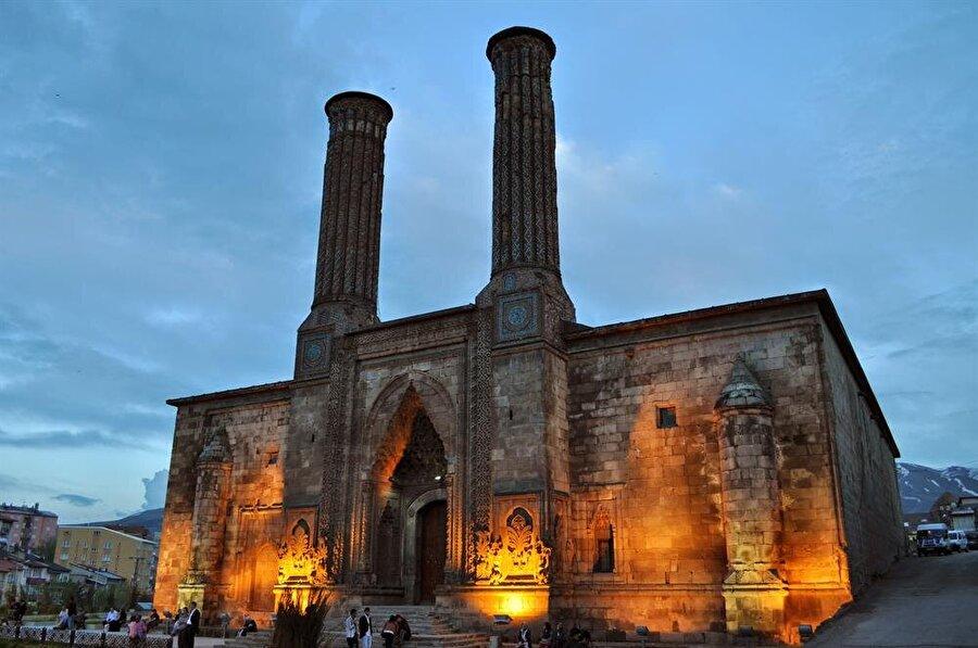 Yükselen değer Erzurum                                      25.355 kilometrekare yüzölçümüne sahip Erurum'un nüfusu 76.729'dur. 14.512 esnaf Erzurum'un ihracatında önemli bir faktördür. İlde 1'i resmi olmak üzere 4 tane müze bulunmaktadır.