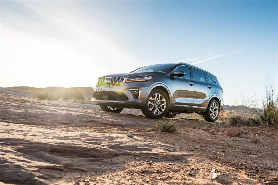 2018 Kia Sorento                                      Dış tasarımda ön ızgarası ufak bir değişim yaşayan, LED aydınlatması yenilenen, dörtlü sis farıyla donatılan 2018 model Kia Sorento, kabinde sürücüleri yeni direksiyon ve 8 inçlik araç içi ekranla karşılayacak. 2,2 litre dizel ve 2,0 turbo benzinli motor seçenekleri bulunan SUV otomobile sekiz ileri otomatik şanzuman eşlik ediyor. Türkiyede 2017 model 2,0 dizel sürümü 297 bin liraya alıcı bulan Sorento'nun yeni versiyonuyla gelecek yılın ortasında satışa çıkması bekleniyor.
