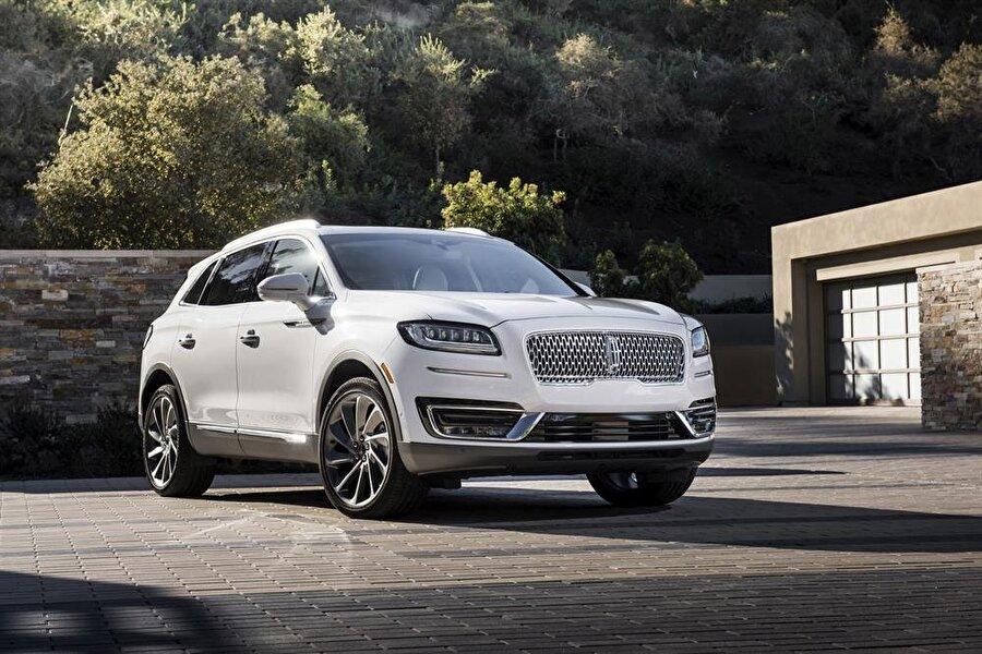 Lincoln Nautilus                                      MKX serisi SUV otomobilini yeniden isimlendiren ve ön tarafta ciddi bir tasarım değişikliği gerçekleştiren Lincoln, Nautilus adını verdiği aracı 2018 şartları göre modernize etmiş. Dijital gösterge ekranı, Ford'un Sync 3 araç içi dijital sistemini kullanan 12,3 inç dokunmatik ekran, akıllı telefonlar için kablosuz şarj desteği ve daha birçok yeniliği beraberinde getiren Nautilus, 2,0 litre dört silindir 245 beygir ve 2,7 litre altı silindir 335 beygir turbolu motor seçenekleriyle satışa çıkacak.