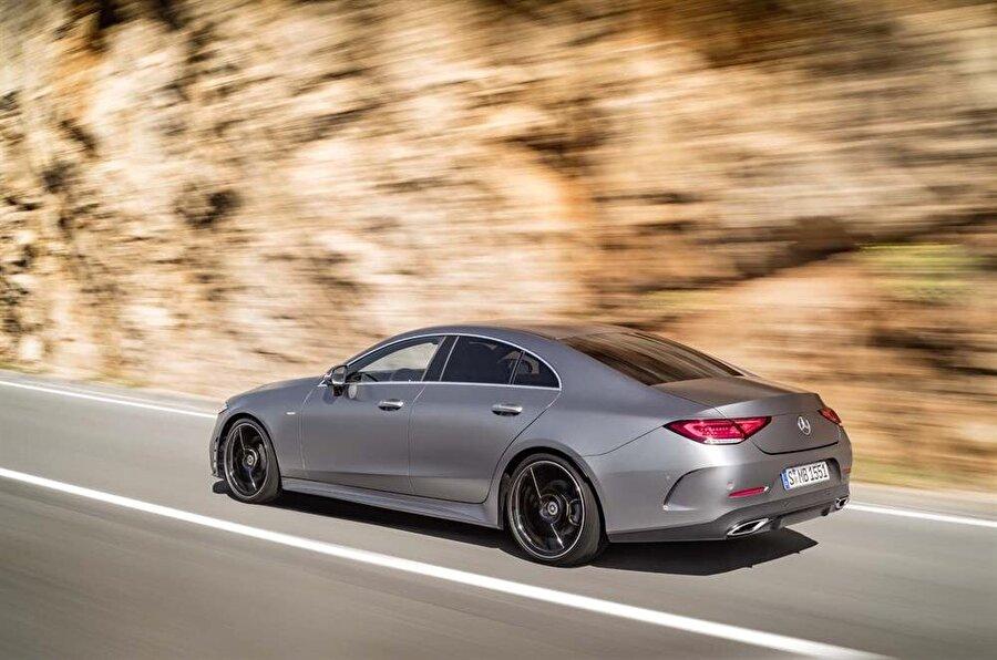 2018 Mercedes-Benz CLS                                      E-Class temel alınarak geliştirilen CLS serisinin yeni modeli, iki 12,3 inçlik ekranla kabinde neredeyse herşeyi dokunmatik paneller üzerinden sürücüye sunacak. Hem ön hem arka tasarımda önemli yeniliklerle gelen CLS 2018, yarı hibrit benzinli güç sistemiyle 362 beygir güce ulaşacak. 2,0 litre dört silindir dizel sürümünde 242 beygir, serinin en üst modeli CLS53'te ise V6 benzinli motor ve araca yarı hibritlik statüsü kazandıran elektrik motoruyla 450 beygir güç elde edilmiş. Mart 2018'de satılmaya başlayacak aracın dört silindirli en ucuz modeline dair detaylar daha sonra açıklanacak.