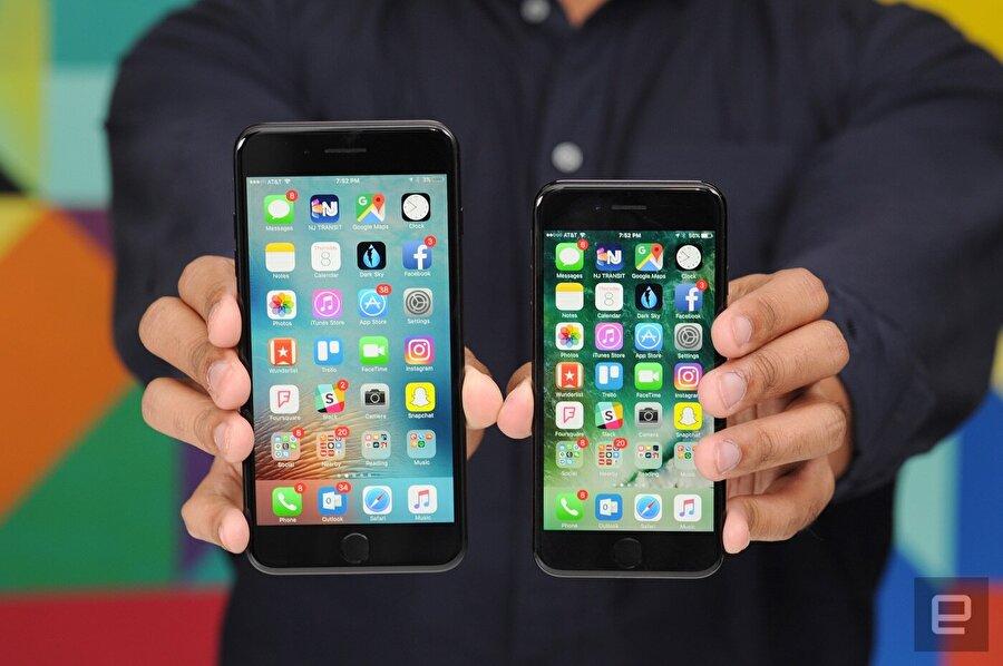 Ekranların büyümesi                                                                                                                                                                                                                                                                     Birçok marka, akıllı telefonların çeşitli modellerinin ekranlarını büyütme yoluna gidiyor. Büyük ekranın oluşturduğu avantajlar çok sayıda insan için vazgeçilmez deneyimler sunuyor. Yüksek çözünürlüklü ekranlar, yüksek parlaklık oranı ve görüntü kalitesi çeşitli gereksinimleri de beraberinde getiriyor. Tüm bu faydalar, özellikle parlaklık noktasında telefonlarımızın bataryasına düşman olabiliyor. Büyük ekranlı telefonların bataryaları diğerlerine nazaran daha büyük bir hızla tükenebiliyor...
