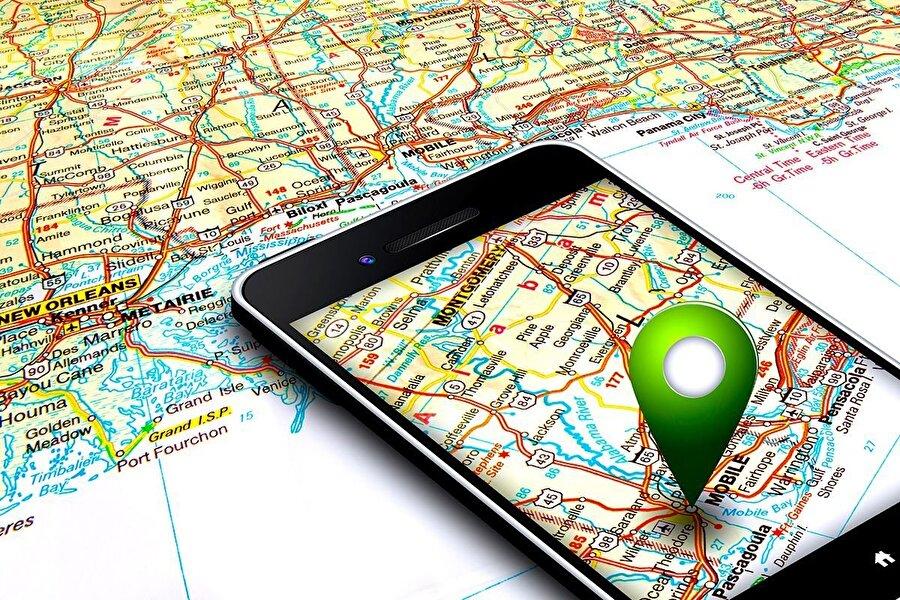 Konum takibi                                                                                                                                                                                                                                                                     Akıllı telefonların pil ömrüne düşmanlık yapan aktiviteler arasında en büyüklerin başında konum takibi geliyor. GPS'in sürekli olarak aktif şekilde çalıştığı telefonların pilleri büyük bir süratle tükeniyor. Bu konuda yapılabilecek en önemli hamle, cihazın ayarlar bölümünden hangi uygulamanın GPS'i kullandığını seçmek olabilir…