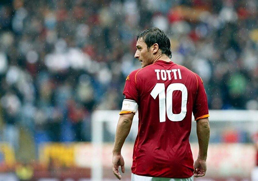 Francesco Totti                                      Roma demek Totti demek, Totti demek Roma demektir. 1989 yılında Roma altyapısında forma giymeye başlayan Totti, 1992'de A Takıma yükseldi. Roma tarihi için yeri çok ayrı olan Totti kariyerini ise 2016-2017 sezonunun sonunda noktaladı. Totti futbolu bıraktığında 40 yaşındaydı.