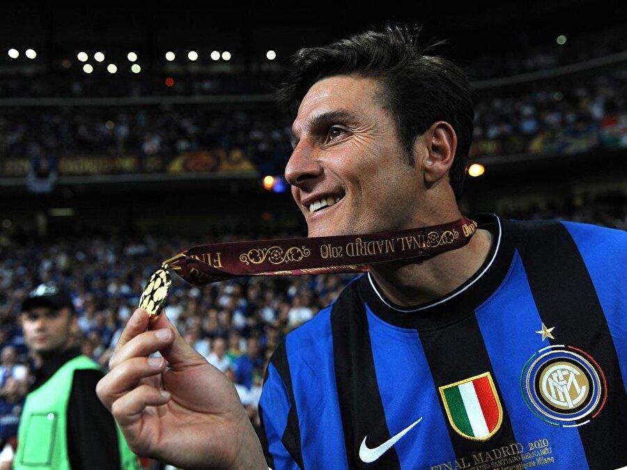 Javier Zanetti                                      Arjantin futbolunun önemli isimlerinden biri olan Javier Zanetti, 1995 yılında Inter'e imza attı. 19 yıl Inter forması giyen Arjantinli 2013-2014 sezonun sonunda emekliye ayrıldı. 40 yaşında kariyerini noktalayan Zanetti'nin ardından 4 numaralı forması da kulüp tarafından emekliye ayrıldı.