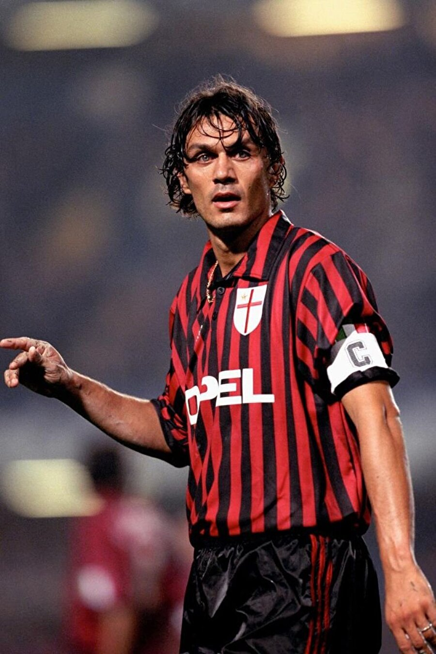 Paolo Maldini                                      Milan'ın gelmiş geçmiş en iyi futbolcuları arasında yer alan Paolo Maldini, 40 yaşında emekli oldu. 2009 yılında Milan forması altında çıktığı 901. maçın ardından kariyerini sonlandıran Maldini o gün son derece duygusal anlar yaşamıştı. Kariyeri boyunca yalnızca Milan forması giyen Maldini halen taraftarların sevgilisi konumunda.