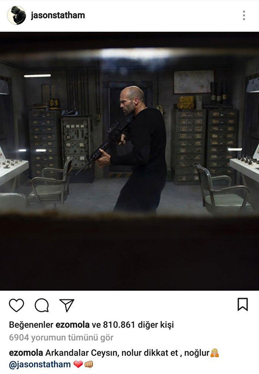 """""""Ceysıınn! Dikkat et, nolur!"""" Sonra Jason Statham hayranlığı başladı. Statham'ın paylaştığı her görsele bir yorum ve kalp atmayı ihmal etmedi. Sonra onun bu durumu mizah sayfalarına malzeme olunca, o da gelen tepkilere kayıtsız kalmadı."""