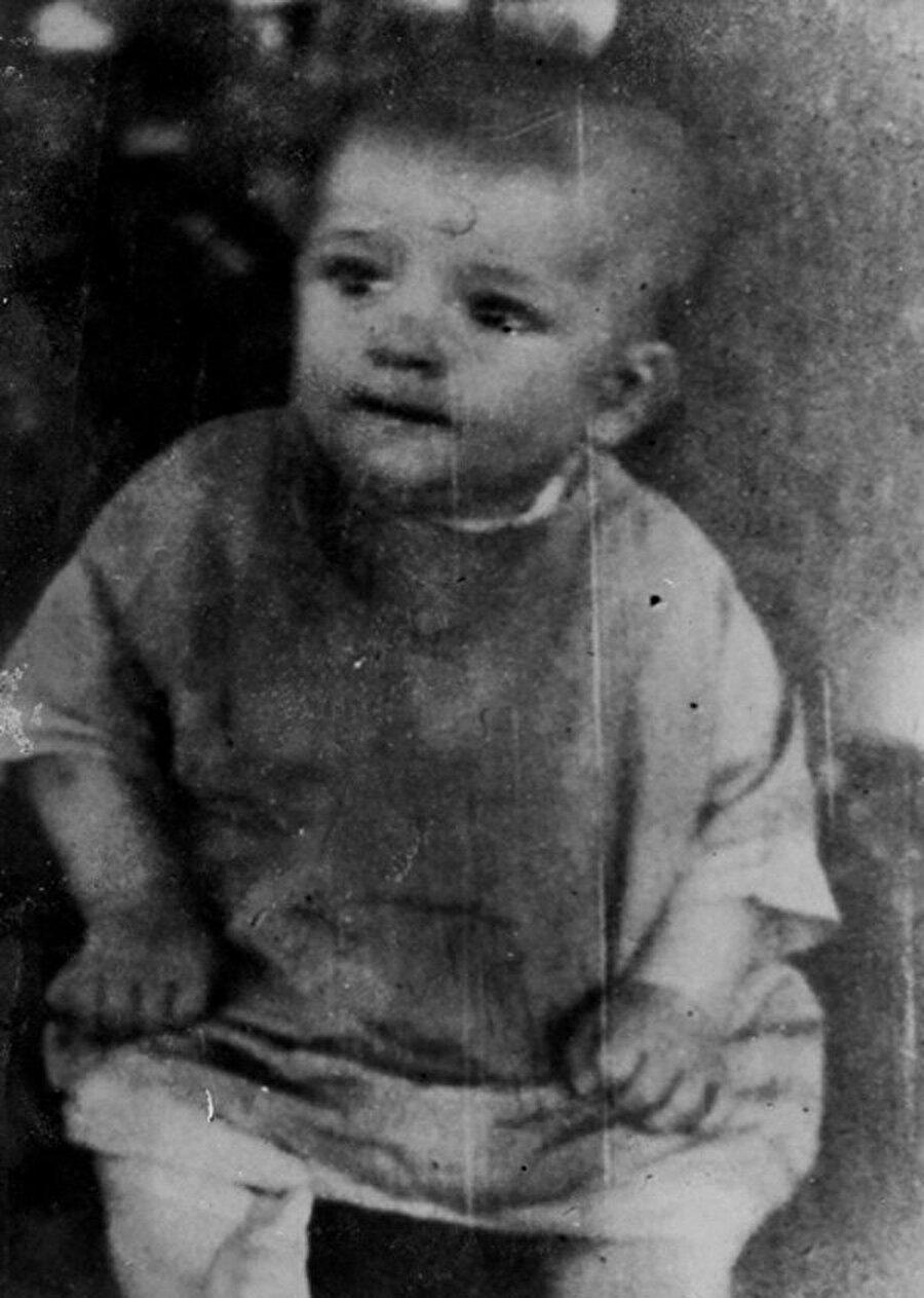 6 Aralık 1931'de Bursa'nın Tophane semtinde dünyaya geldi.