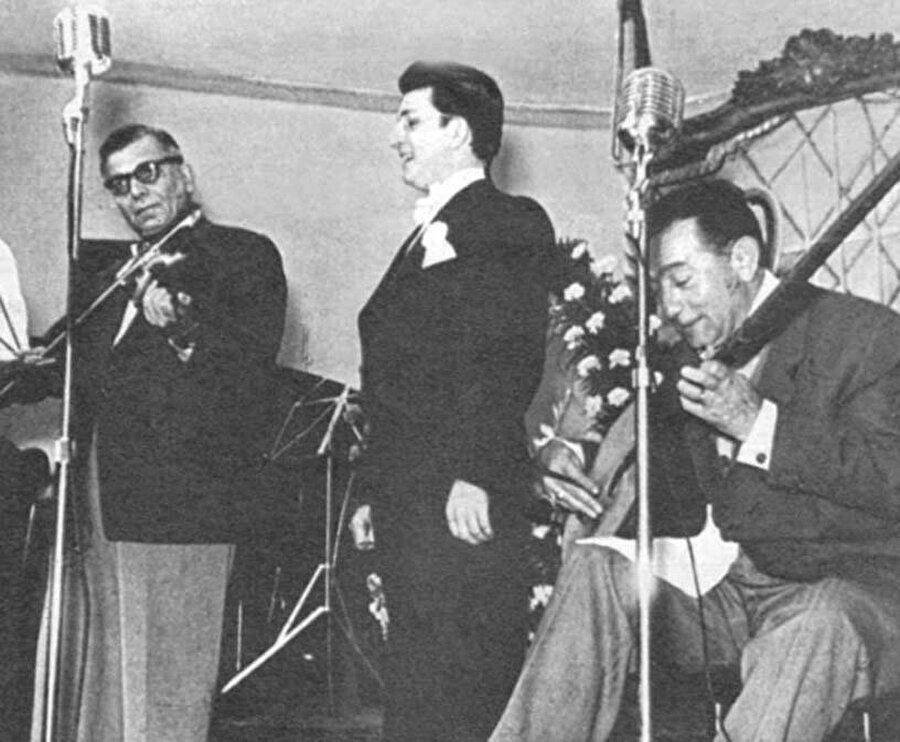 1946 yılına gelindiğinde ilk bestelerini yapmaya başladı.