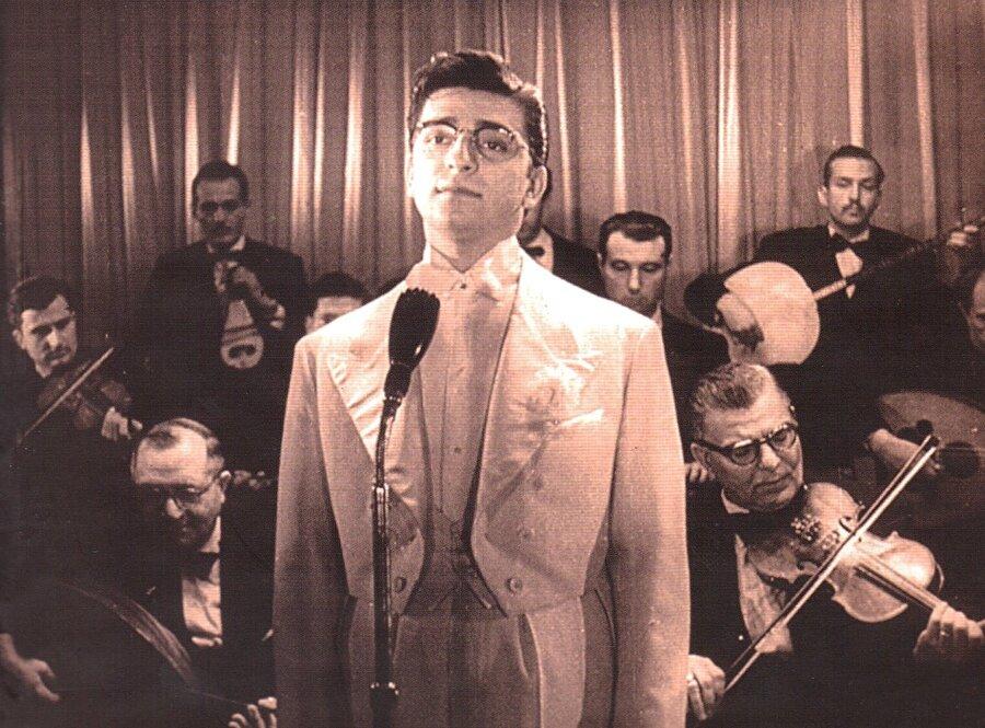 1950 yılında İstanbul Güzel Sanatlar Akademisinde eğitim almaya başladı. Bu dönemde girdiği İstanbul Radyosu sınavlarını 1.'lik ile kazanarak bu radyonun bir sanatçısı oldu.