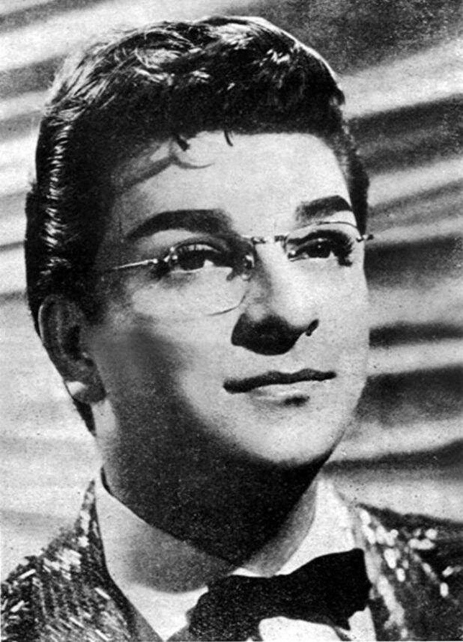 Tarih 1 Ocak 1951'i gösterdiğinde, sanatçı Perihan Sözeri'nin yerine sahne aldığı programda 45 dakikalık bir canlı performans sergiledi.