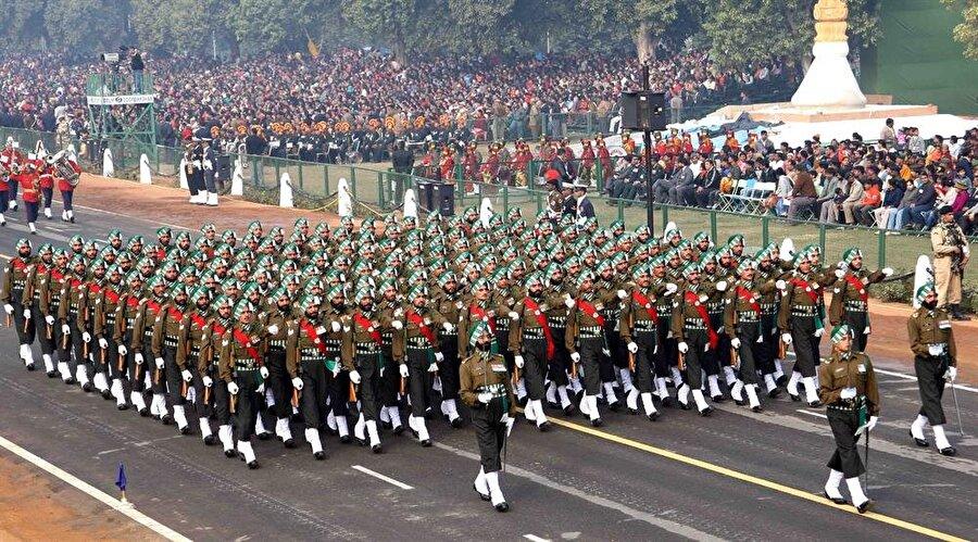 4.) Hindistan                                                                                                                                                     Aktif personel sayısı: 3 milyon 468 bin     Savunma bütçesi: 40 milyar dolar     Tank: 6, 464     Savaş Uçağı: 2,086     Uçak gemisi: 2     Askeri denizaltı: 14
