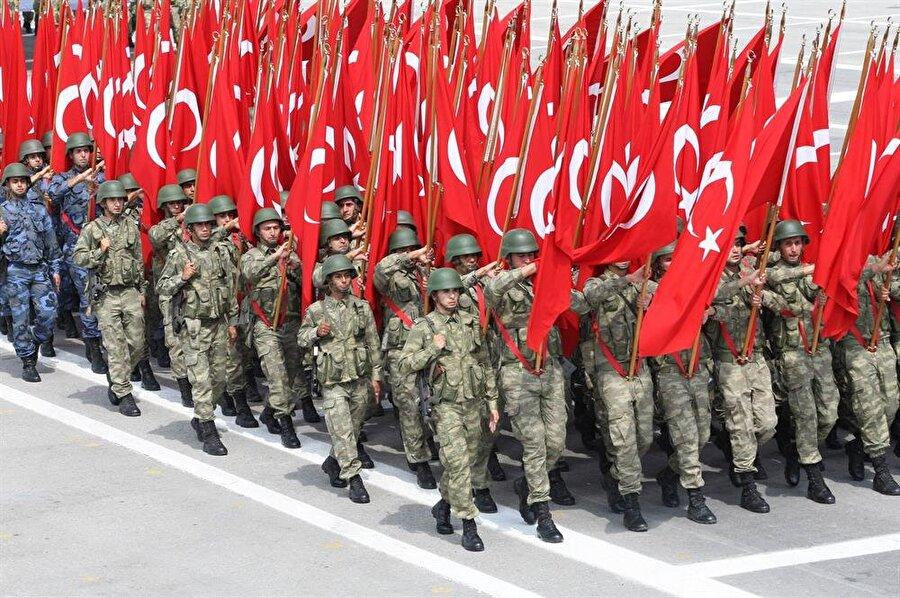 8.) Türkiye                                                                                                                                                     Aktif personel sayısı: 596 bin 130     Savunma bütçesi: 18,2 milyar dolar     Tank: 3,778     Savaş Uçağı: 1,007     Uçak gemisi: Yok     Askeri denizaltı: 13