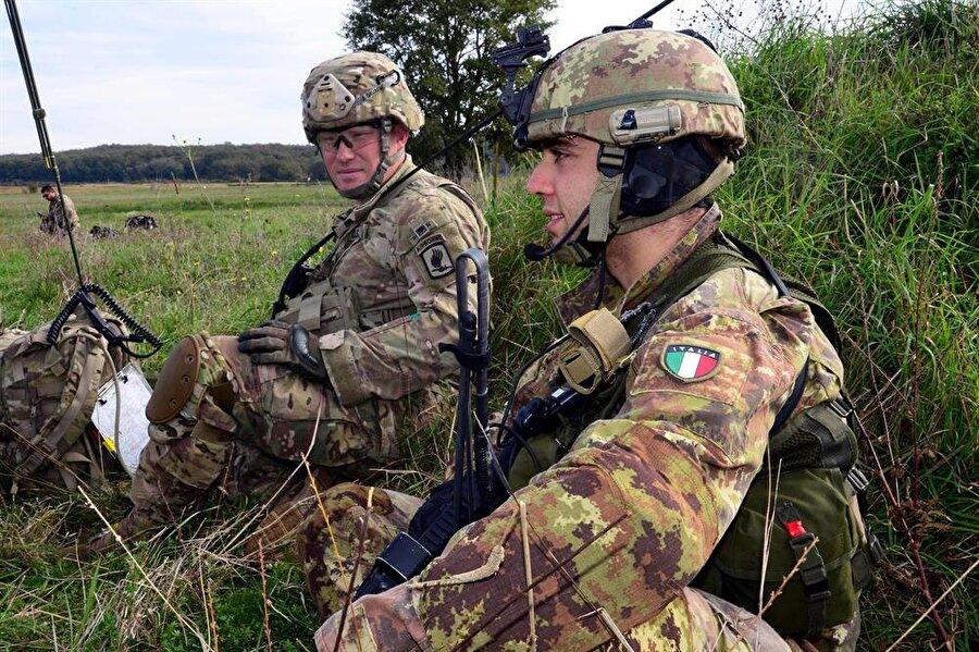 10.) İtalya                                                                                                                                                     Aktif personel sayısı: 362 binSavunma bütçesi: 34 milyar dolar     Tank: 586     Savaş Uçağı: 785     Uçak gemisi: 2     Askeri denizaltı: 6