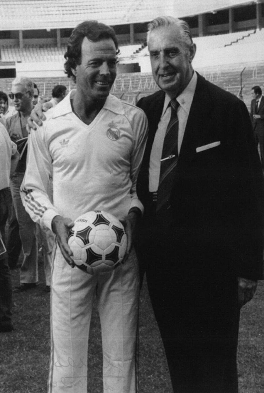 Müzik dünyasının Kadife Sesli yıldızı yıllar yıllar sonra Real Madrid formasını giyip gazetecilere poz verdi.