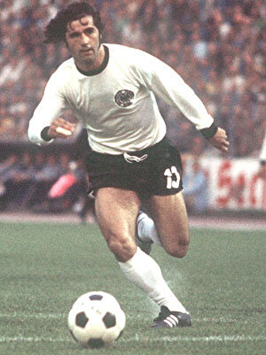 Batı Almanya forması ile 62 maça çıkan Gerd Müller 68 kez fileleri sarstı.