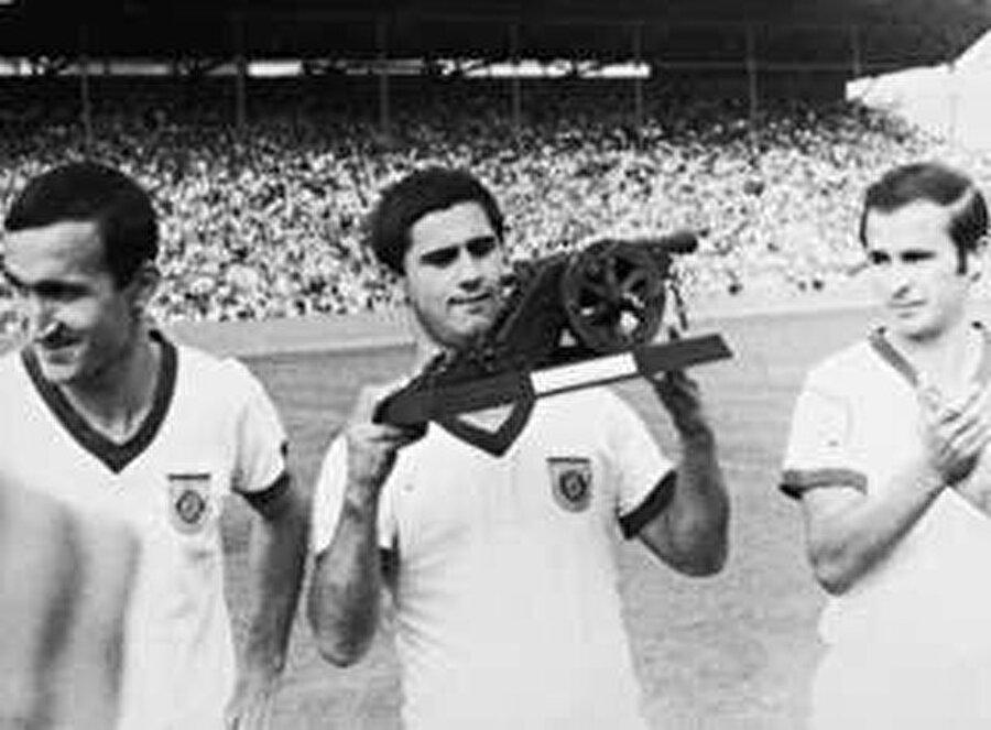 72 yaşındaki Müller futbolculuk kariyerinde 1970 ve 1972 yıllarında Avrupa Altın Ayakkabı, 1970 Dünya Kupası Altın Ayakkabı, 1967 ve 1969'da Almanya'da Yılın Futbolcusu, 1970'de Avrupa'da Yılın Futbolcusu ödüllerini aldı.