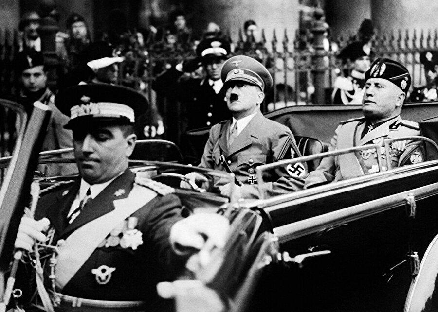 Mussolini savaş sonrası sağ görüşlü bir gazetede çalışmaya başladı. 1. Dünya Savaşının yıkıcı etkisi İtalya'yı da vurmuştu, İtalya siyasi kargaşanın, ekonomik çöküntünün içindeydi. Tüm bunlar Mussolini liderliğindeki Ulusal Faşist Parti'nin büyümesine, güçlenmesine yol açmıştı.