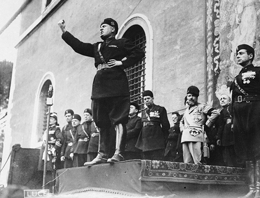 Otoriter bir düzen tesis etmek amacı güden Mussolini yönetimindeki Faşist Parti, Birinci Dünya Savaşında İtalya'ya verilmesi düşünülen toprakların alınması amaçlanıyor, işsizlik rakamlarının uygulanan bazı devletçi politikalarla azalmasıyla birlikte sanayinin güçlendirileceği öne sürülerek hammadde arayışlarına giriliyordu. Nitekim, Mussolini, 1936 yılında Habeşistan'ı işgal etmiş, aynı yıl içerisinde Hitler liderliğindeki Nazi Almanyası ile birlikte Roma- Berlin mihverini kurmuştu.