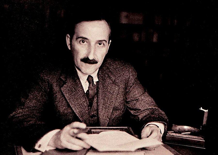Eğitimi küçük yaşlarda başlar                                                                           Daha küçük yaşlarda başlayan eğitim hayatı sayesinde İngilizce, Latince, Yunanca, Fransızca gibi dilleri konuşabilen Zweig'in yazıya ilgisi lise yıllarında başlar. Şiire meraklı olan Zweig'in bu ilgisinde, Alman şair Rilke'nin önemi de oldukça büyüktür.