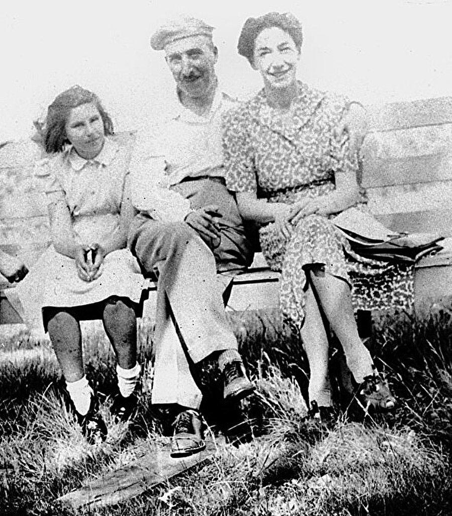 Ülkesini terk etmek zorunda kalır!                                                                           Kitapları, 1933 yılında Nazi zulmüne uğrayan yapıtlar arasındadır. O yıllarda Nazilerin özellikler Yahudi kitaplarını toplatarak yakmaları ve Zweig'in da Yahudi kökenli olması neticesinde evi basılmıştır. Daha sonra, ülkesini terk etmiştir.