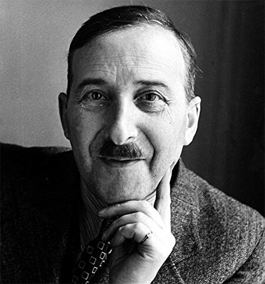 Ölmeden önce bir mektup yazar                                                                           Stefan Zweig, ölmeden önce yazdığı mektupta intihar nedeni olarak Hitlerin yarattığı kaosun ve faşist düzenin kalıcı olacağına inanması ve bu inançtan dolayı bir büyük bir umutsuzluk, karamsarlık hissettiğini dile getirmiştir.
