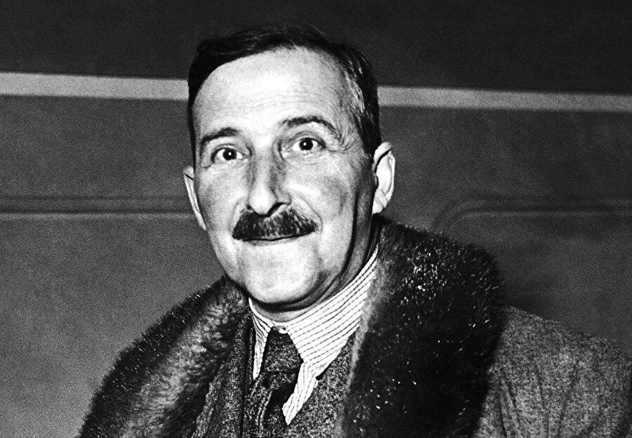 """En çok nam salmış eseri """"Satranç""""                                                                           Biyografi yazarlığının yanı sıra oyun yazarlığıyla da anılan Zweig, dram ve trajedi türünde de birçok tiyatro oyun kaleme almıştır. Zweig'in kuşkusuz en çok nam salmış eseri """"Satranç"""" adlı kitabıdır. Edebiyat otoriteleri tarafından kimi zaman uzun öykü kimi zaman da roman şeklinde kategorize edilen """"Satranç""""ı Zweig, Brezilya'da kaldığı sıralarda yazmıştır. Kitapta bir satranç şampiyonunun yaşadıkları anlatılır."""