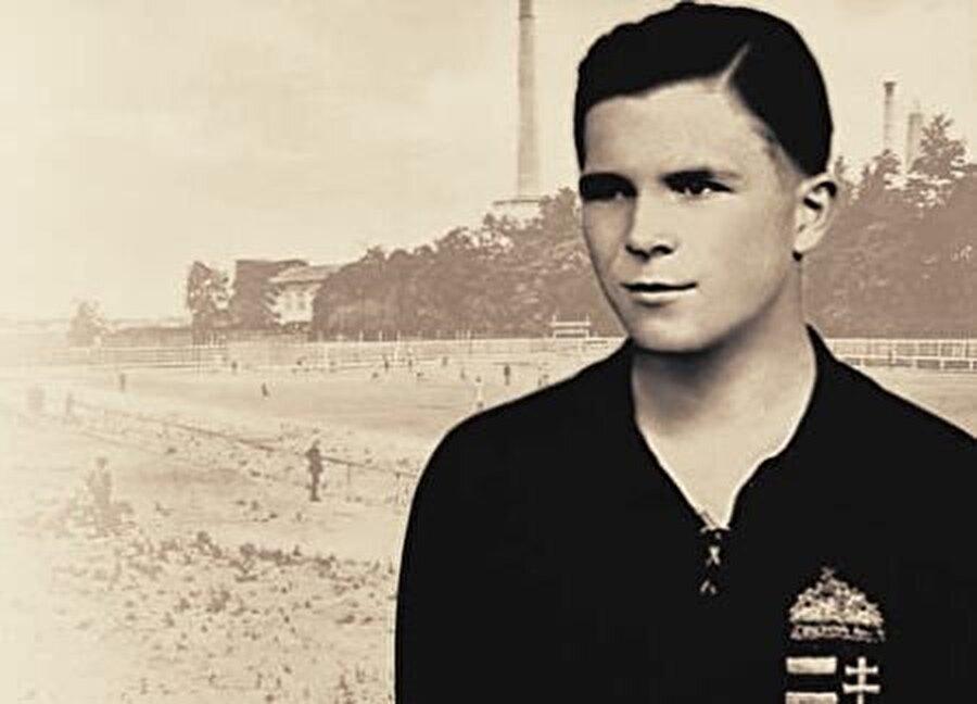 Puskas futbola babasının teknik direktörlük yaptığı Kispest takımında başladı. 12 yaşında sözleşme imzalayamayacağı için Puskas, Ciklos Kovacs ismiyle Kispest'te forma giydi. 1943-1949 yılları arasında Kispest'te 177 maça çıkan Puskas 187 gol attı.
