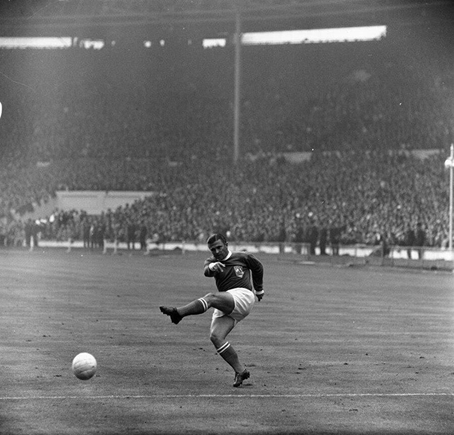 19656 yılında Macaristan Milli Takımı turneye çıktı. Farklı ülkelere gidip orada milli takımlarla karşılaşan Macarlar başarılarıyla dikkat çekti. Hatta bu dönemde yolları İstanbul'a düşen Macarlar yoğun kar yağışının altında oynanan maçta Türkiye'ye 3-1 mağlup oldu. Aynı dönemde Sovyetler Birliği Macaristan'a müdahale etti. Hal böyle olunca birçok ünlü futbolcu ülkesine dönmedi.