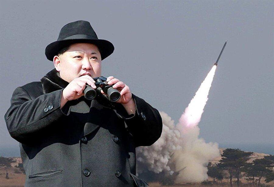 """Kuzey Kore lideri Kim Jong-un - Inter Yaptığı nükleer çalışmalar ve askeri tatbikatlar ile dünya gündeminden inmeyen Kuzey Kore Lideri Kim'in daha önce sıkı bir Manchester United taraftarı olduğu ileri sürülmüştü.      İddianın sahibi, Kim'in yakın arkadaşı İtalyan senatör Antonio Razzi bu sefer başka bir iddia ortaya attı. İtalyan senatör Antonio Razzi The Sun gazetesine yaptığı açıklamalarda, Kim Jong-Un'un futbolu çok sevdiğini belirtip """"San Siro'ya gelip Inter maçlarını izlerdi. Özellikle Milan derbilerini izlerdi. Yakın çevresi de bana Inter taraftarı olduğunu söylüyordu"""" diyerek, bu sefer Kim'in İtalyan devini tuttuğunu iddia etti.Biz de yapılan bu son açıklamayı baz alarak, listemizde Kuzey Kore liderine bir Inter taraftarı olarak yer veriyoruz."""