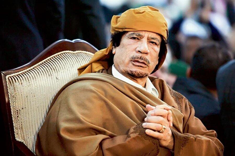 Muammer Kaddafi - Liverpool Dile kolay tam 42 yıl Libya yönetmiş olan Muammer Kaddafi'nin ülkesinde çıkan iç savaşta öldürülmesinin ardından, özel eşyalarının arasında hangi takımı tuttuğuna dair bir ipucu ortaya çıktı.Ölümünün ardından özel mülkleri yeni kurulan devletin eline geçen Kaddafi'nin,  çalışma odasında bir Liverpool armalı kahve kupası bulundu. Kaddafinin 3. oğlu Saadi de oldukça futbola düşkündü. hatta ülkesinde bir süre profesyonel futbol oynayan Saadi, sonra ilginç bir Serie A tecrübesi de geçirdi. Sahada aradığını tam olarak bulamayan oğul Kaddafi ilerleyen yıllarda juventus'un hisselerine ortak olarak, İtalyan devinin yönetiminde söz sahibi olacaktı.