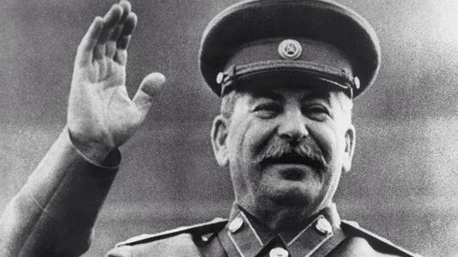 Josef Stalin - Dinamo Moskova Sovyet Rusya'nın istihbarat servisi KGB'nin korkulan başkanı Lavrentiy Beria tarafından kurulan Dinamo Moskova'nın en büyük taraftarlarından birinin de Stalin olması hiç şaşırtıcı bir durum değil. O dönem Sovyet Rusya Milli Takımı'nın omurgası da Dinamo Moskova oyuncularından oluşuyordu. Fakat 1952 Olimpiyat Oyunlarında SSCB futbol takımın Yugoslavya'ya yenilmesinin ardından, Stalin radikal bir aldı ve CSKA Moskova dışındaki tüm takımları tasfiye etti. Artık futbol takımının ana omurgasını CSKA Moskova'dan gelen oyuncular oluşturacaktı.