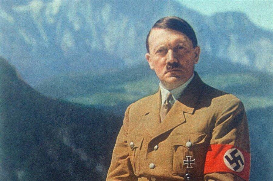 Adolf Hitler - Schalke Şüphesiz dünyanın gördüğü en cani diktatörlerden biri olan belki de en canisi olan Adolf Hitler, ideolojisinde gösterdiği katı tavrı futbolda da sergilemiş bir lider.Hitler, tabii ki de kendi döneminde ülkesine en çok başarıyı getiren takımı, yani Schalke'yi tutuyordu.Son yıllarda bu durumla ilgili Almanya'da ortaya çıkan iddiaları ise, Schalke'nin PR başkanı Gerd Voss kökten reddedecekti.