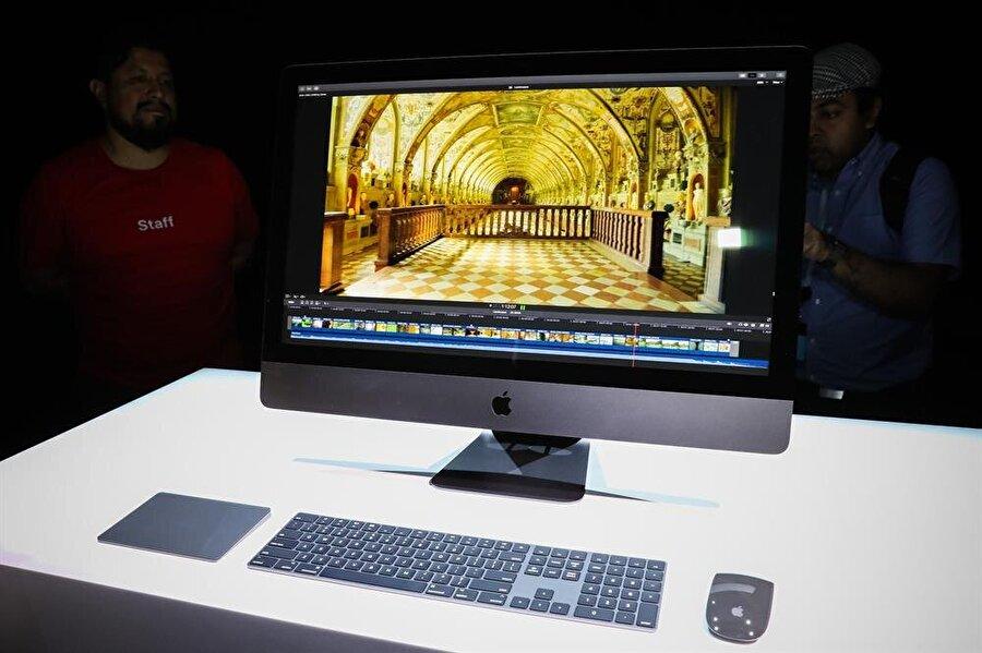 Türkiye'de satışa çıkan iMac Pro'nun fiyatı dudak uçuklatıyor                                      Apple'ın WWDC 2017 etkinliğinde tanıttığı yeni iMac Pro Türkiye'de resmi olarak satışa çıktı. Hayran bırakan donanıma sahip iMac Pro'nun fiyatı duyan kullanıcılar şaşırdı kaldı. Öyle ki yeni Mac'in fiyatı son teknoloji donanım eklenmesiyle 70 bin TL'yi geçiyor. Temel özelliklerinin olduğu haliyse 26.999 bin TL olarak belirlendi.