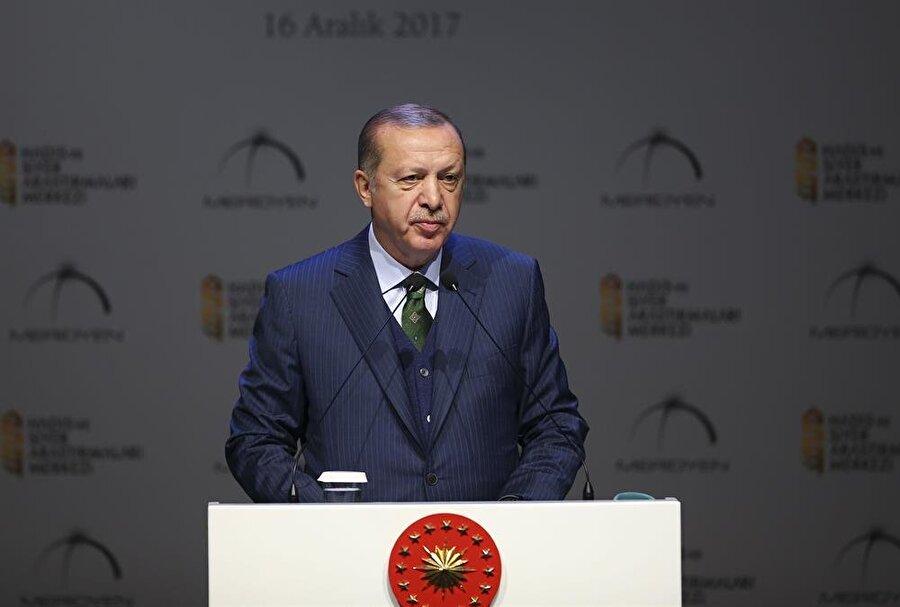 """'İslam dünyası, yeniden dizayn edilmeye çalışılıyor'                                      Cumhurbaşkanı Erdoğan'ın 7. Hadis ve Siret Araştırma Ödülleri'nde konuştu. Erdoğan, """"Tam Suriye meselesinde mesafe kat ettik derken, kucağımızda Kudüs meselesini, Yemen'den yükselen feryatları bulduk. İslam dünyası, tıpkı bir asır önce olduğu gibi kan, gözyaşı ve kardeş kavgası üzerinden yeniden dizayn edilmeye çalışılıyor. Müslümanlar birbirleriyle uğraşırken aradan sıyrılanlar terör örgütleridir. İsrail gibi devlet terörü uygulayan ülkelerdir."""" dedi."""