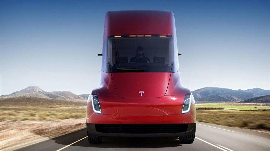 Sipariş rekoru kıran Semi, Tesla'nın hisselerini artırdı                                       Elektrikli araç alanında büyük bir başarı yakalamayı başaran Tesla, son olarak tanıttığı elektrikli tır ile tebrikleri toplamayı da başardı. Semi Truck isimli tır ABD'nin Kaliforniya eyaletinde ilk olarak 16 Kasım'da tanıtıldı. Semi'nin tanıtımını gerçekleştiren Elon Musk araçla ilgili, ''Çok çabuk hızlanan, inanılmaz bir araç yapmak istedik'' demişti.      Tesla şirketinde çalışan yetkili bir kişi, PepsiCo'nun elektrikli tır Semi'den 100 adet sipariş verdiğini duyurdu. Şimdiye kadar verilenler arasında en fazla olarak kayda geçen sipariş, Tesla'nın hisselerinde de artış sağladı.