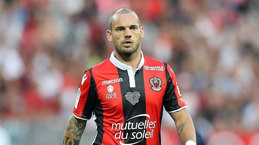 İşte Wesley Sneijder'in yeni adresi                                      Galatasaray'dan ayrıldıktan sonra Fransa'nın Nice takımına transfer olan Wesley Sneijder ile ilgili İspanyol basının Sneijder'in Meksika ekibi Querétaro'ya imza atacağını duyurdu. Güney Amerika'nın en iyi kulüpleri arasında gösterilen Querétaro'a 2014 yılında Ronaldinho'yu transfer etmişti.