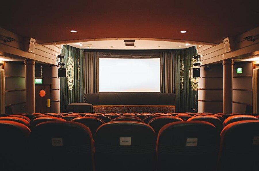 """En kısa günde kısa film gösterimi                                      CerModern'den yapılan açıklamaya göre, İtalyan kısa filmleri, İtalya'nın Ankara Büyükelçiliği, İstanbul İtalyan Kültür Merkezi ve CerModern iş birliğiyle izleyiciyle buluşturulacak. """"En kısa günde kısa film gösterimleri"""" temasıyla düzenlenecek organizasyonda 6 kısa film, ücretsiz olarak Ankaralı sinema tutkunlarının beğenisine sunulacak. Gösterimler, 21 Aralık Perşembe günü 18.30'da, 2016 Cannes Film Festivali Kısa Film Ödülleri'nde 'En iyi Yönetmen Ödülü' alan Marco Toscani'nin """"Sana Yarın Rastladım"""" filmiyle başlayacak."""