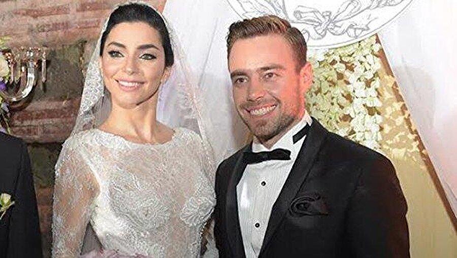 Üzüntüye dayanamadı! Dört ay önce Merve Boluğur'dan boşanan popçu Murat Dalkılıç'ın oyuncu Hande Erçel ile birlikte olduğu iddiaları ortaya çıkınca, Boluğur üzüntüye dayanamadı.