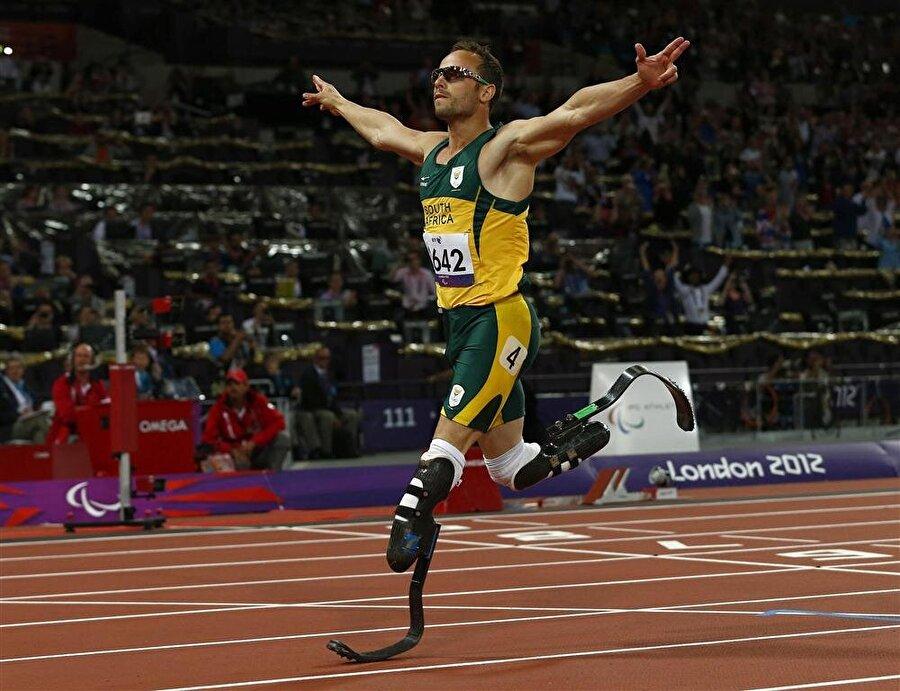2004 yılında Pistorius, karbon fiber protez bacaklarla koşmaya başladı. Süratiyle kısa sürede dikkatleri üzerine çeken Pistorius, 2008 Pekin Olimpiyat Oyunları'na katılmak istedi.