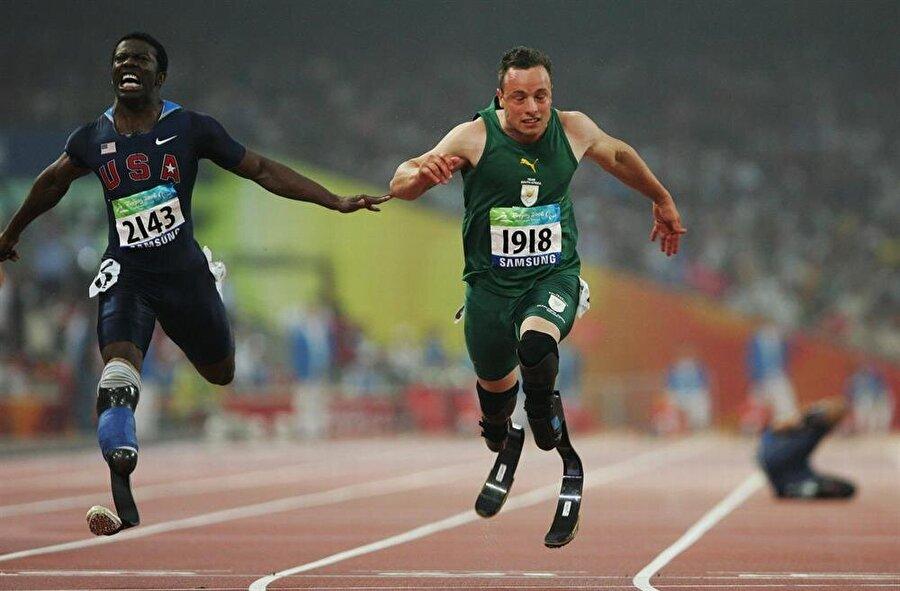 Ancak Uluslararası Atletizm Federasyonları Birliği (IAAF), Pistorius'un karbon fiber protezlerle diğer atletlere göre avantaj sağlayacağını belirtti ve Güney Afrikalı atletin turnuvaya katılmasının önüne geçti.