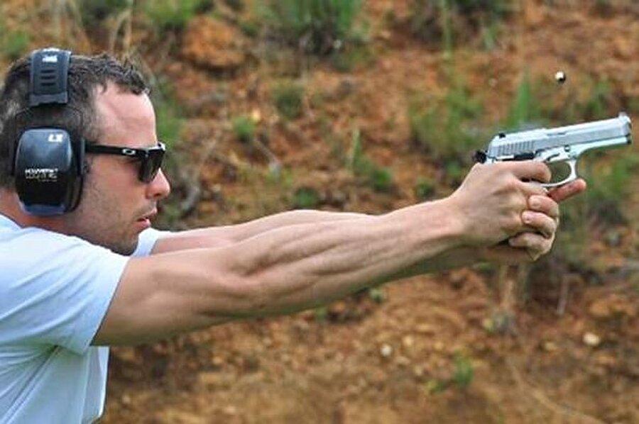 Olayın ardından mahkemece 13 yıla mahkum edilen Pistorius'un çocukluk döneminden itibaren silahlara meraklı olduğu hatta koleksiyonunun bulunduğu ortaya çıktı.