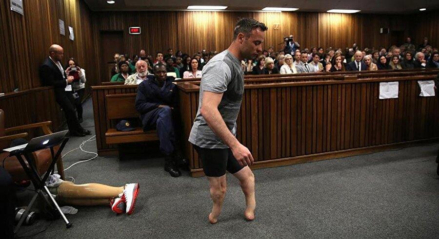Özgürlüğüne kavuşmak için mahkemede protezlerini çıkartıp kendini acındıran Pistorius, cezaevinde intihar girişiminde de bulundu.