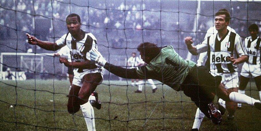 Gordon Milne'in çabalarıyla 22 yaşında Beşiktaş'a kiralık olarak kazandırılan Ferdinand, futbolculuk kariyerindeki ilk büyük çıkışını İstanbul'da yaptı. Beşiktaş'ın efsanevi üçlüsü Metin–Ali–Feyyaz'la beraber İnönü Stadı'nın çimlerinde boy gösteren Ferdinand, 1988–89 sezonunda 34 maçta 16 gol atarken, Türkiye Kupası ve Cumhurbaşkanlığı Kupası şampiyonluklarını yaşadı. Beşiktaş taraftarı da ilk zamanlar merakla ve tereddütle izlediği İngiliz futbolcuyu ilerleyen haftalarda ayakta alkışlamaya başladı. Beşiktaş'ın tarihindeki ilk siyahi futbolcu olan Ferdinand'a büyük bir sevgiyle bağlanan taraftarlar, ona Türkçe bir isim de buldu: 'Ferdi'. Uzun boyu ve güçlü fiziğiyle rakip kaleleri bunaltan Ferdinand, attığı gollerle zor maçların kahramanı oldu.