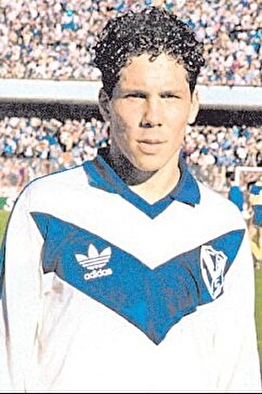 Tam adı Diego Pablo Simeone olan futbol adamı 28 Nisan 1970'te Arjantin'in başkenti Buenos Aires'te dünyaya geldi. Güney Amerikalıların futbola karşı yetenekleri bilinen bir gerçek. Hal böyle olunca da Diego Simeone küçük yaşta meşin yuvarlağın peşinde koşmaya başladı. Simeone, 1987 yılında Vélez Sársfield takımında profesyonelliğe adım attı. Burada üç sezon forma giyen Simeone, 76 maça çıkıp 14 gol attı.