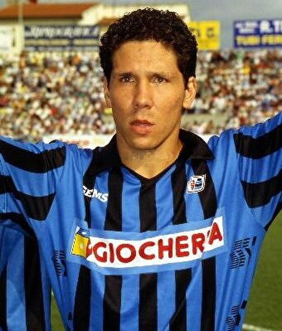 Defansif orta saha olan Simeone kısa sürede yetenekli ve hırslı oyunuyla dikkat çekti. 1990 yılında genç yetenek İtalya'nın Pisa takımına transfer oldu. Simeone 1992 yılında ise Sevilla'nın yolunu tuttu. Burada 64 maça çıkıp 12 gol kaydetti.