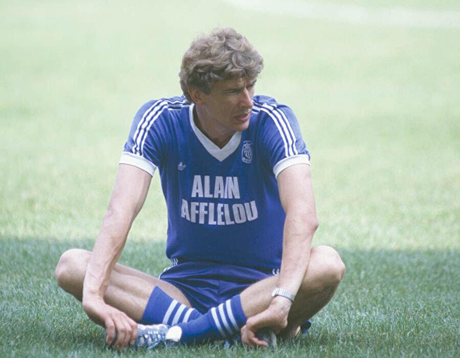 Futbolu bıraktığı 1981 yılında Wenger, Strazburg'un genç takımının başına geçti.