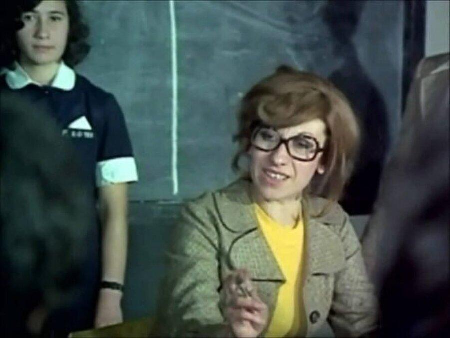 Sinemaya ise en yakın dostu ve komşusu olan Adile Naşit'in referansıyla başlamıştı. İlk rolü Hababam Sınıfında olur