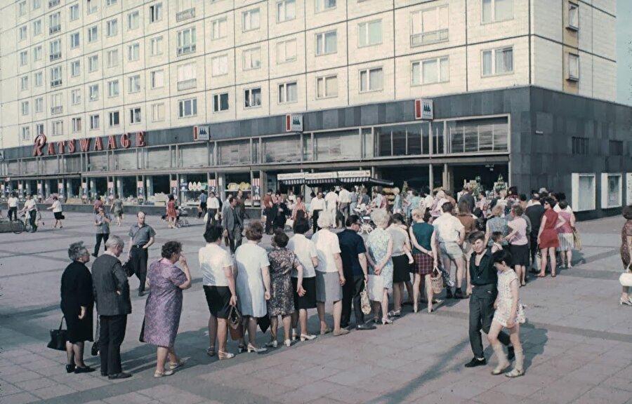 Doğu Almanya, Doğu Bloğundaki ülkeler arasında en yüksek kişi başına üretimi elde edebilmişti.          Komünist blok ile bütünleşmeden önce de sanayileşmiş bir ülke olması ekonomik açıdan sağlam bir durumda olmasını, ekonomik krizleri sorunsuz atlatmasına sebep oldu.Temel ihtiyaçlar nispeten ucuz fiyatlarla elde edilebilirken, lüks tüketim Federal (Batı) Almanya'ya göre çok pahalıydı.